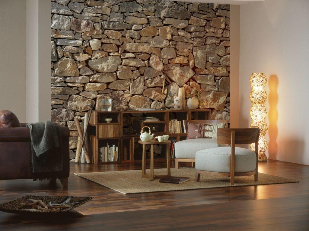 Sonnige, natürliche Steinwand für mediterranes Wohngefühl