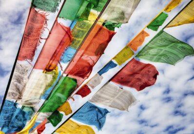 Die fünf Farben der Gebetsfahnen symbolisieren die Elemente Luft, Erde, Wasser, Feuer und Himmel