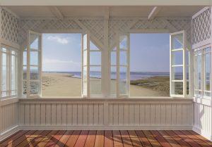 Eine Aussicht auf den Strand von einer weißen Veranda aus – das hellt jede Stimmung auf